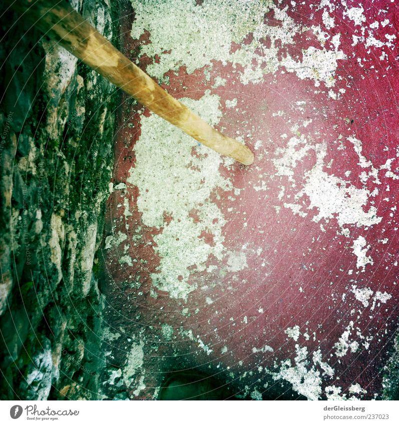der Holzstock und der rote Boden alt weiß grün Farbstoff Stein Mauer braun Moos Stock