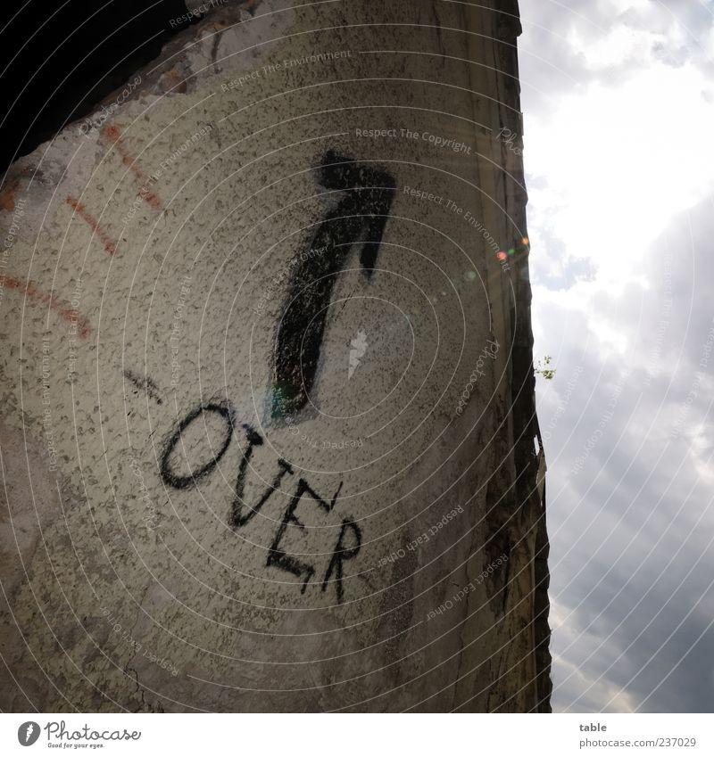 Game... Haus Sonne Sonnenlicht Gebäude Mauer Wand Fassade Stein Beton Zeichen Schriftzeichen Graffiti Pfeil trashig blau grau schwarz Ende Endzeitstimmung