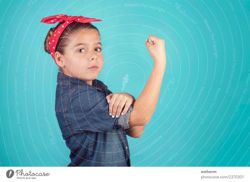 Mädchen-Feminismus, Mädchen zeigt ihren muskulösen Arm. Lifestyle Freude Mensch feminin Kindheit 8-13 Jahre Denken festhalten Fitness Erfolg rebellisch klug
