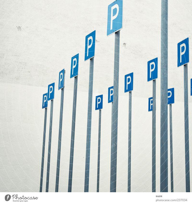 Platzangst blau Wand lustig Mauer grau Schilder & Markierungen Zeichen viele Parkplatz parken Verkehrsschild Verkehrszeichen Schilderwald Parkplatzsuche