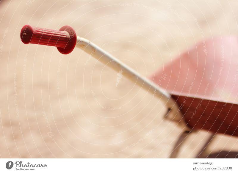 grifftier Schubkarre Arbeit & Erwerbstätigkeit rot Griff rot-weiß Metall Blech Riffel Kunststoff Rost Reflexion & Spiegelung Licht Schatten Spielzeug
