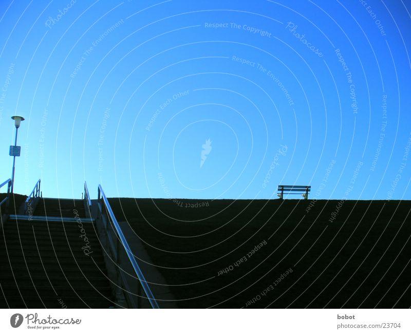 Platz an der Sonne Himmel blau Ferne kalt oben Berge u. Gebirge Eis Wind sitzen Treppe Bank Freizeit & Hobby Klarheit Sehnsucht Hügel aufwärts