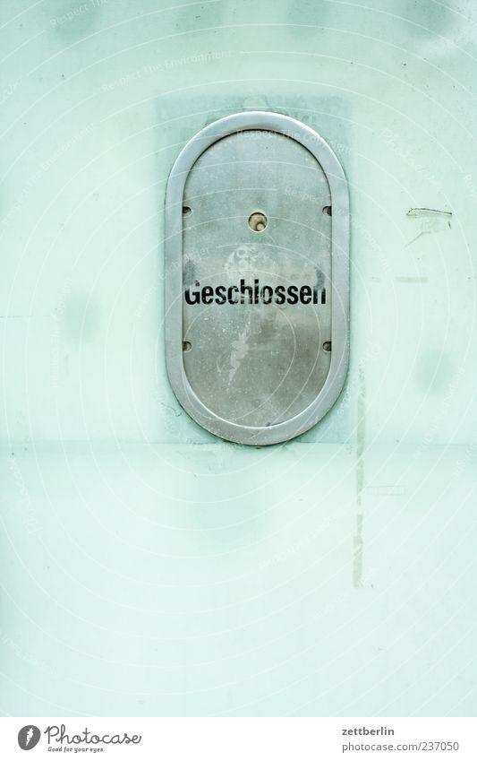 Geschlossen Fenster Metall Glas geschlossen Schriftzeichen Zeichen Ewigkeit Abfertigungsschalter Luke Beruf Beamte Geschäftszeiten
