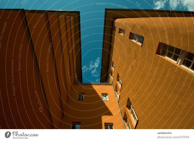 Überraschende Perspektive Haus Schönes Wetter Stadt Hauptstadt Bauwerk Gebäude Architektur Mauer Wand Fassade Fenster Berlin Nische Himmel himmelblau Farbfoto