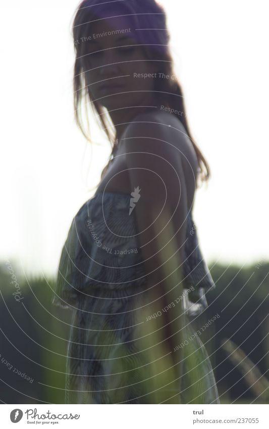 Die Prinzessin -2- Mensch Jugendliche schön Sommer feminin Gefühle natürlich Kleid Sehnsucht brünett Schönes Wetter langhaarig Junge Frau Haarsträhne