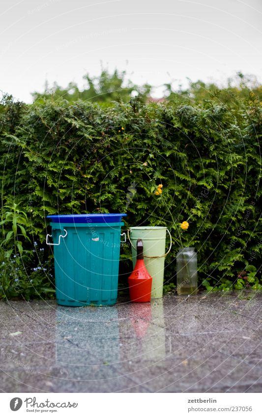 Terrasse im Regen ruhig Garten Umwelt Natur Pflanze Urelemente Wasser Sommer Blüte Blühend Wachstum Schrebergarten Kleingartenkolonie nass Hecke Eimer Kübel