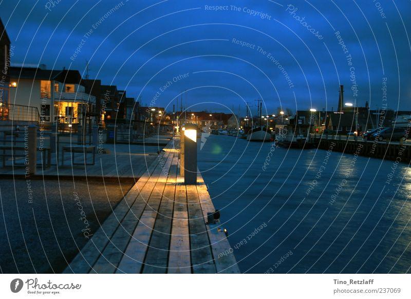 Abenddämmerung blau Wasser Ferien & Urlaub & Reisen Wolken Haus Beleuchtung Hafen Steg Anlegestelle Nachthimmel Promenade Fischerboot Nachtaufnahme Fischerdorf