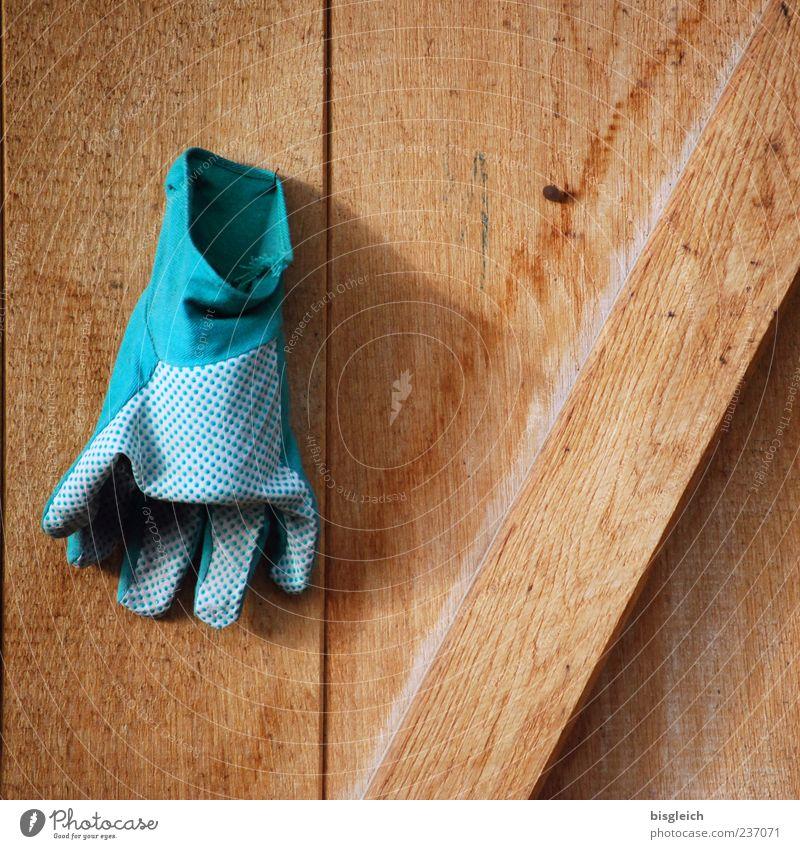 Feierabend Gärtner Gärtnerei Gartenarbeit Handschuhe Gartenhandschuh hängen braun grün ruhig Holz Holzbrett Holzwand Farbfoto Außenaufnahme Menschenleer
