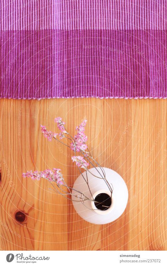 tischdeko Vase außergewöhnlich Kreativität Stimmung Dekoration & Verzierung Tisch violett Holz Vogelperspektive Blüte Ordnung rund eckig weiß Riffel Maserung