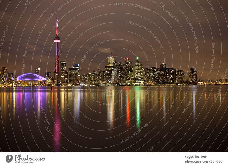 TORONTO Toronto Stadt Kanada Abend Nacht Dämmerung Licht Beleuchtung mehrfarbig Wasser Ontario Ontario See Amerika Nordamerika Farbfoto Textfreiraum unten