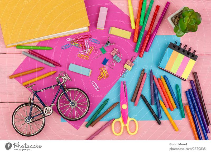 Bücher, Marker, Buntstifte, rosa und blaues Papier, Schere, Radiergummi Tisch Sport Schule Kindheit Menschengruppe Kunst Buch Urelemente Accessoire Krawatte