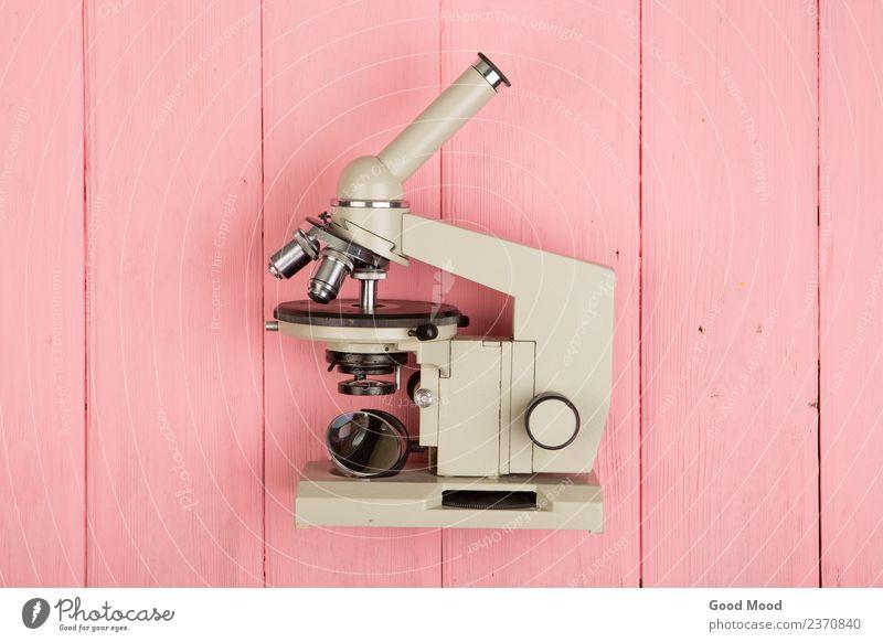 Mikroskop auf rosa Holztisch Medikament Tisch Wissenschaften Schule Studium Labor Technik & Technologie Auge retro Bildung wissenschaftlich forschen Biologie