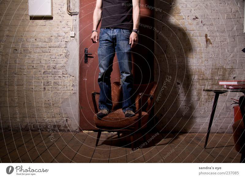 Türsteher Sessel Mensch maskulin Mann Erwachsene 1 Fabrik Bekleidung T-Shirt Jeanshose Armbanduhr Schuhe stehen warten dünn ruhig rot blau Wand Farbfoto