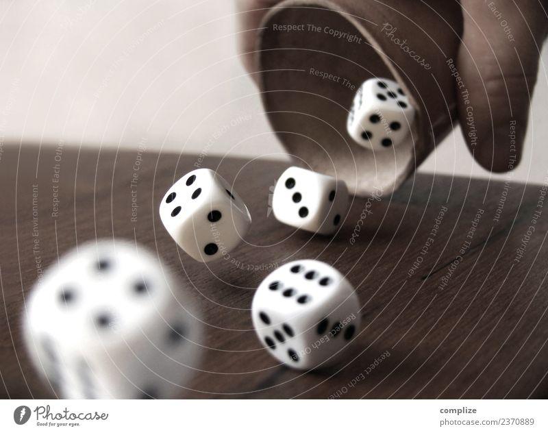 Würfelbecher & Würfel Feste & Feiern Erfolg Business Hand Finger Zeichen Ziffern & Zahlen fallen werfen Spielsucht Glück würfeln Wette Glücksspiel Glücksspieler