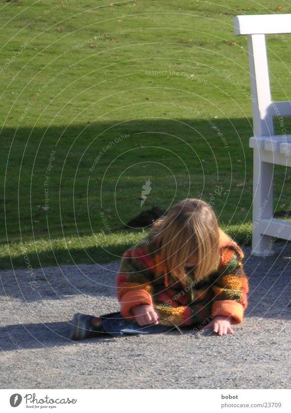 Böse Ameise! Kind Sonne Mädchen Wiese Spielen Stein sitzen Schönes Wetter gebeugt Freizeit & Hobby spielerisch