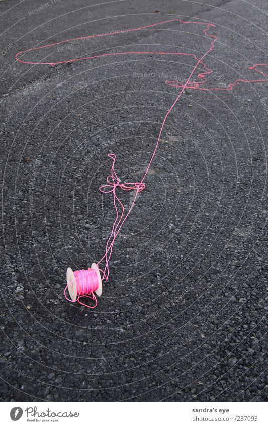 Schnur in pink rot rosa Seil Asphalt Textfreiraum Teer Rolle Knoten vergessen unordentlich Licht