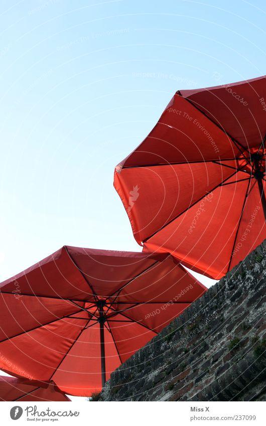 Sonnenschirme Strandbar Mauer Wand rot Café Balkon Wolkenloser Himmel Farbfoto mehrfarbig Außenaufnahme Menschenleer Textfreiraum oben Sonnenlicht Blauer Himmel