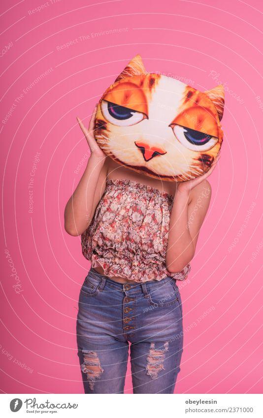 Junges schlankes Mädchen mit einem Katzenkissen auf dem Gesicht. elegant Glück schön Körper Haare & Frisuren Haut Schminke Behandlung Wellness Spa Frau