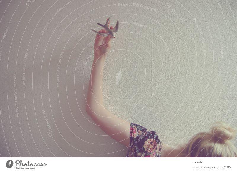 bird high in the sky Jugendliche Hand Erwachsene feminin Spielen Vogel blond fliegen Arme frei Junge Frau 18-30 Jahre Dekoration & Verzierung festhalten Kitsch Zopf
