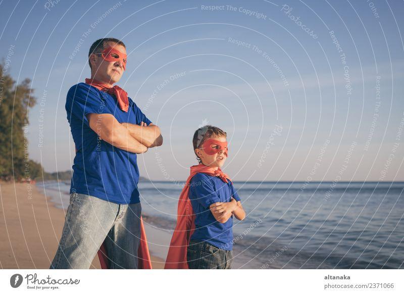 Vater und Sohn spielen tagsüber Superhelden am Strand. Lifestyle Freude Glück Leben Erholung Freizeit & Hobby Spielen Ferien & Urlaub & Reisen Abenteuer