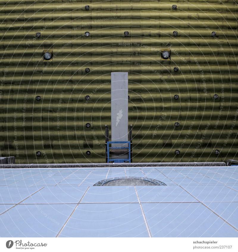 Nur 3 Meter Schwimmbad Sprungbrett Schwimmhalle Gebäude hoch blau gelb weiß Fliesen u. Kacheln Farbfoto Innenaufnahme Textfreiraum unten Froschperspektive