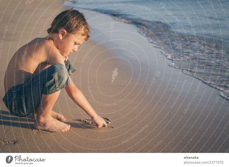 Ein glücklicher kleiner Junge, der tagsüber am Strand spielt. Lifestyle Freude Glück schön Erholung Freizeit & Hobby Spielen Ferien & Urlaub & Reisen Freiheit