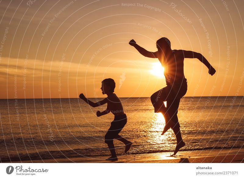 Vater und Sohn spielen am Strand bei Sonnenuntergang. Lifestyle Freude Glück Freizeit & Hobby Ferien & Urlaub & Reisen Ausflug Abenteuer Freiheit Camping Sommer