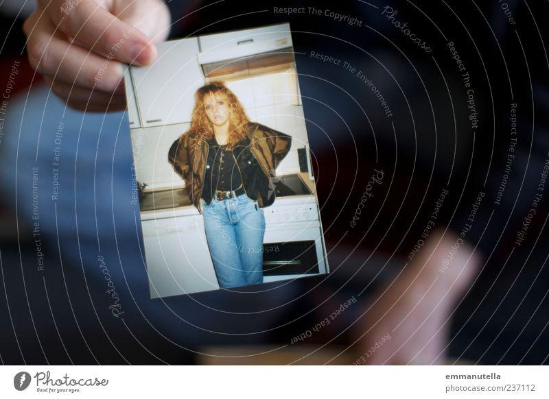 Erinnerung Mensch Frau Jugendliche Hand Erwachsene feminin blond Fotografie Junge Frau festhalten Vergangenheit trashig zeigen Identität Originalität früher