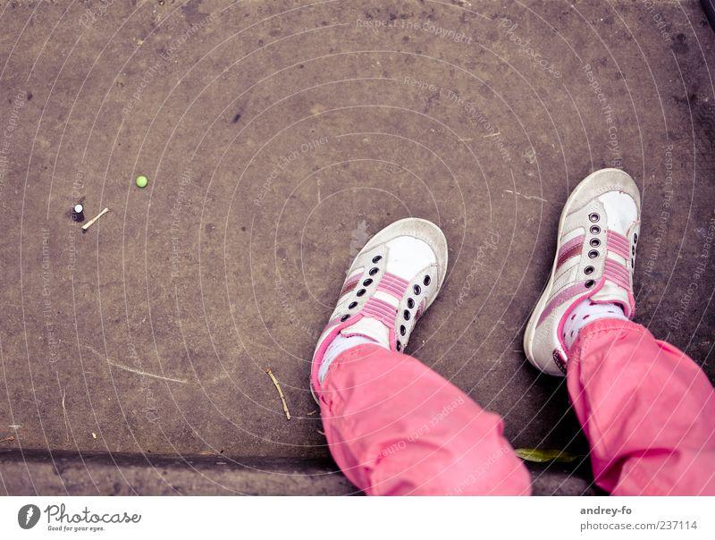 Beine 1 Mensch 3-8 Jahre Kind Kindheit Hose Schuhe Stein sitzen Leben Erholung Turnschuh rosa braun Fuß Strümpfe Vogelperspektive klein Boden Beton Farbfoto