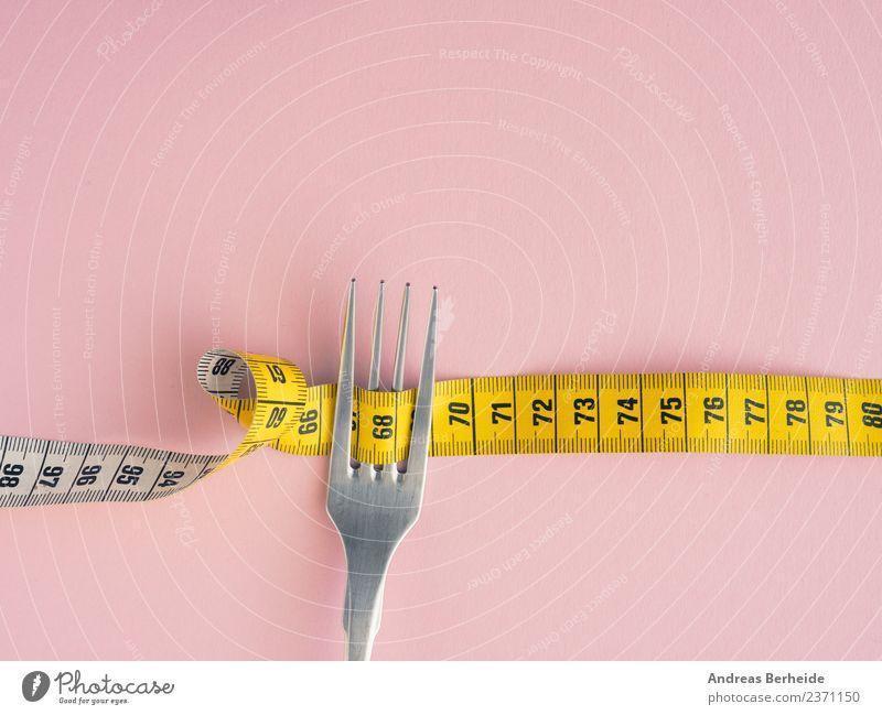 Diät Ernährung Fasten Lifestyle Gesundheit Gesunde Ernährung Übergewicht Fitness gelb rosa copy space Musikkassette diet fork weight measure loss isolated white