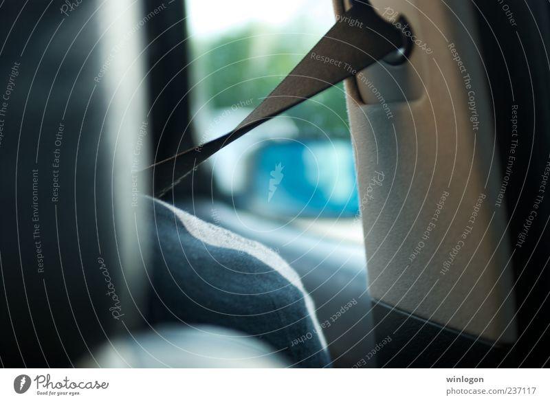 - Sicherheit Schulter sitzen Passagier Verkehr Verkehrsmittel Straßenverkehr Fahrzeug PKW Gurtschloss fahren Vorsicht Farbfoto Innenaufnahme Tag Licht Kontrast