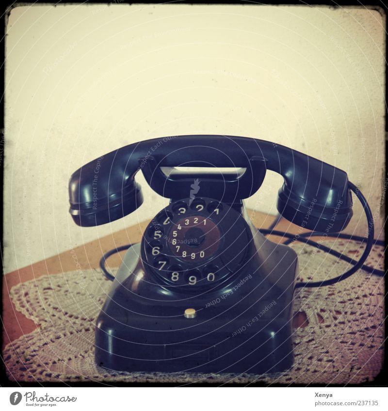 Ruf an Telefon alt retro schwarz Nostalgie altmodisch Innenaufnahme Menschenleer Textfreiraum oben 1 Wählscheibe Telefonhörer