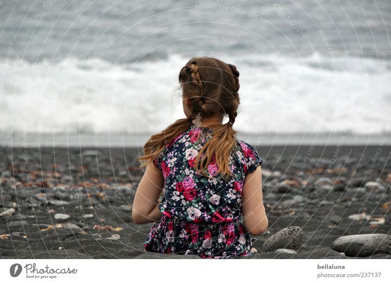 Nummer 3 Mensch Kind Wasser Meer Sommer Mädchen Strand schwarz Erholung feminin Leben Haare & Frisuren Kopf Wellen Kindheit Rücken