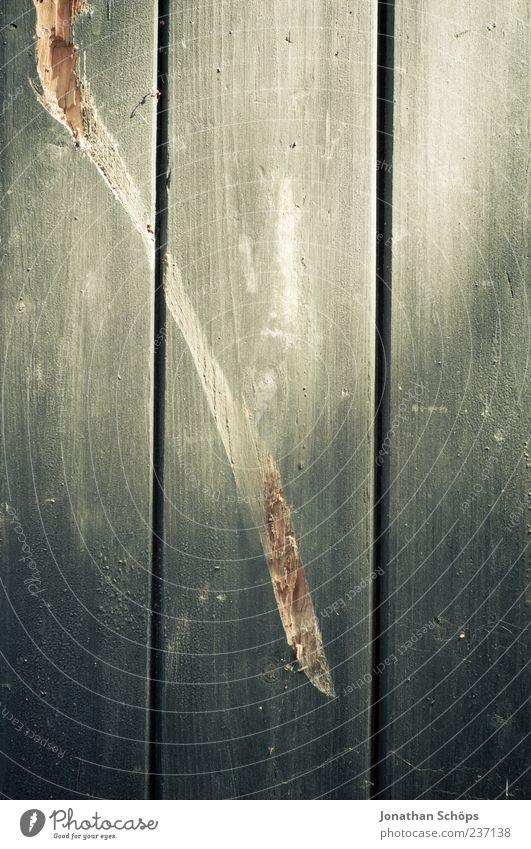 || Holz grau Holzwand Holzbrett Kratzer Strukturen & Formen kaputt Zerstörung Oberflächenstruktur vertikal Furche alt Farbfoto Außenaufnahme Nahaufnahme