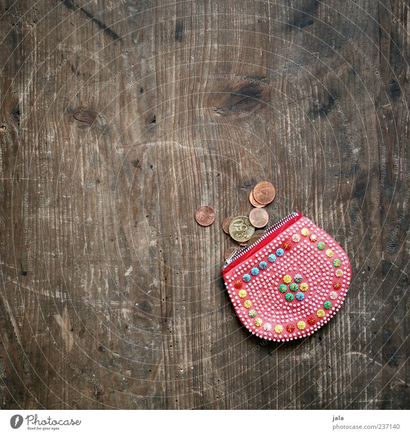 münzbeutel rot klein Geld Kitsch Tisch Euro Geldmünzen Maserung Objektfotografie Holztisch Cent Portemonnaie Geldnot Zahlungsmittel