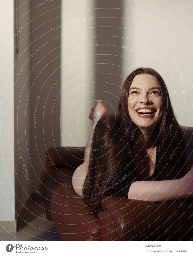 Die reinste Freude Lifestyle schön Leben Sinnesorgane Wohnung Sofa Raum Junge Frau Jugendliche Grübchen 18-30 Jahre Erwachsene Top Barfuß brünett langhaarig