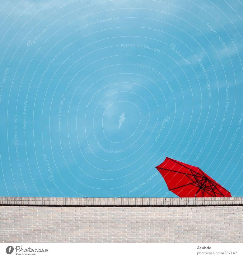 Sonnendeck blau Ferien & Urlaub & Reisen rot Sommer Haus Mauer Dach Symbole & Metaphern Backstein Sonnenschirm Schirm