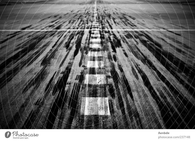 Landebahn außergewöhnlich Verkehr ästhetisch Flugzeugstart Flughafen Flugzeuglandung Bewegung Schwarzweißfoto Landebahn Reifenspuren Strukturen & Formen Schilder & Markierungen Markierungslinie