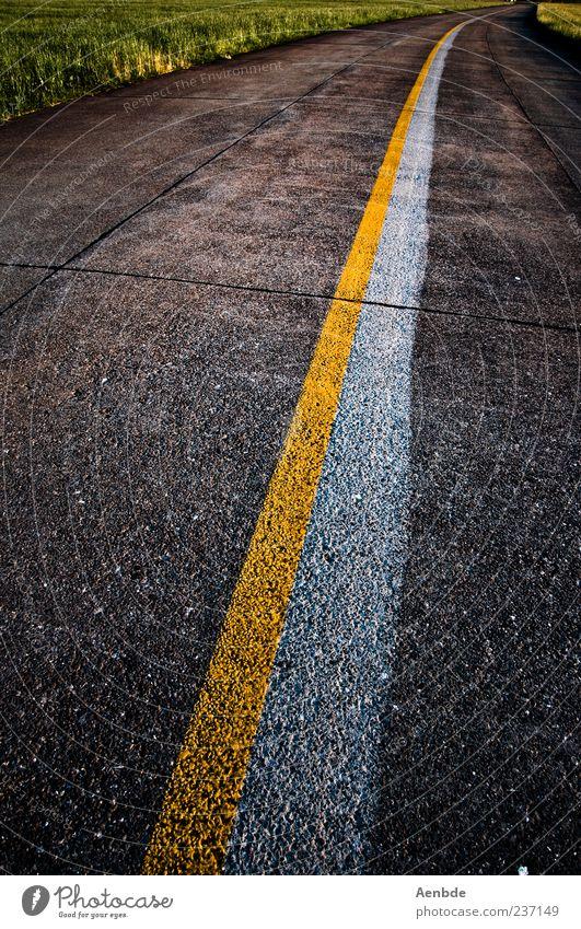 road to nowhere Straße Markierungslinie gelb weiß grün Asphalt Farbfoto Außenaufnahme Menschenleer Abend Linie 1