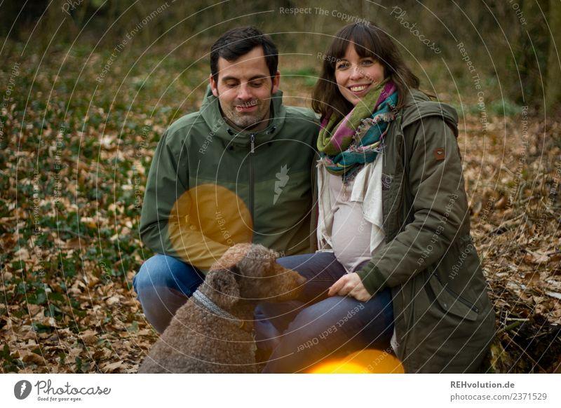 Parr mit Hund Frau Mensch Natur Jugendliche Mann Junge Frau Junger Mann Tier Wald Lifestyle Erwachsene Herbst Umwelt Liebe natürlich