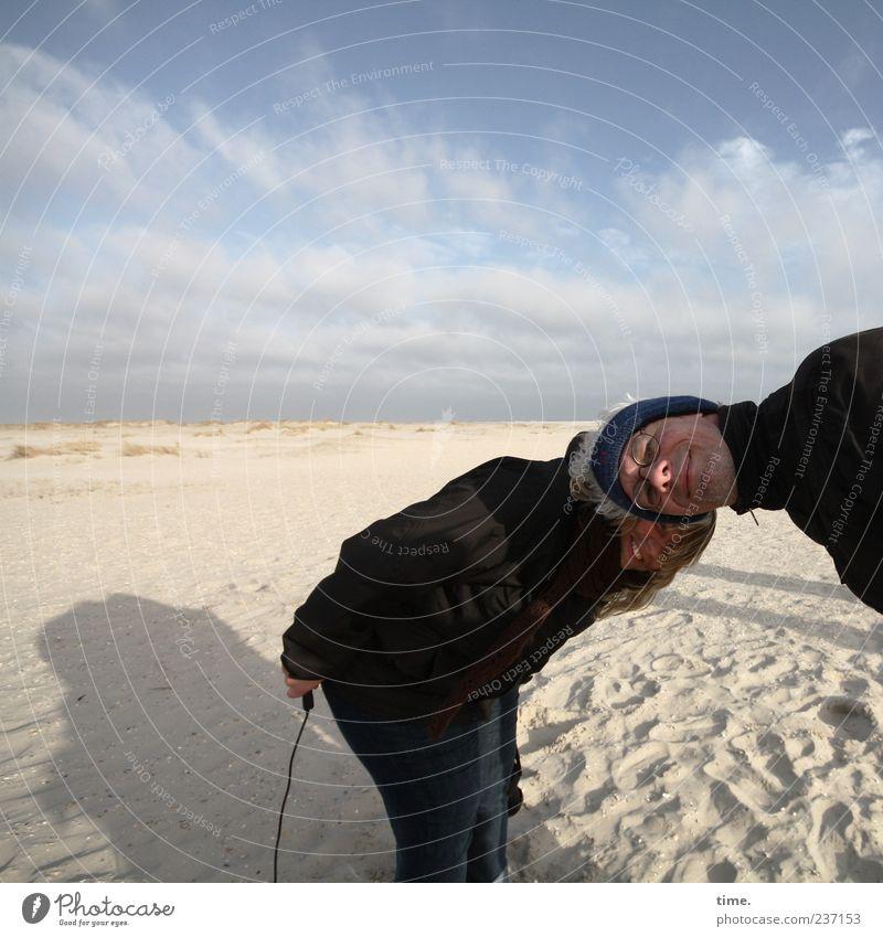 Spiekeroog | ... wie zwei Schweinchen vorm Uhrwerk Frau Himmel Mann Strand Erwachsene Sand lustig Partnerschaft Auslöser bücken hervorrufen