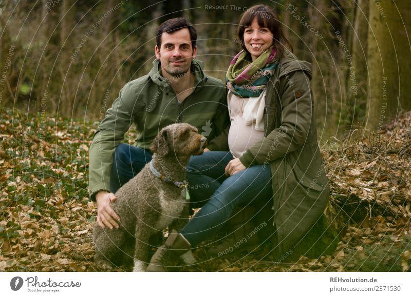 Paar mit Hund im Wald Mensch Natur Landschaft Baum Tier Freude Winter Erwachsene Lifestyle Umwelt Herbst Liebe feminin Familie & Verwandtschaft