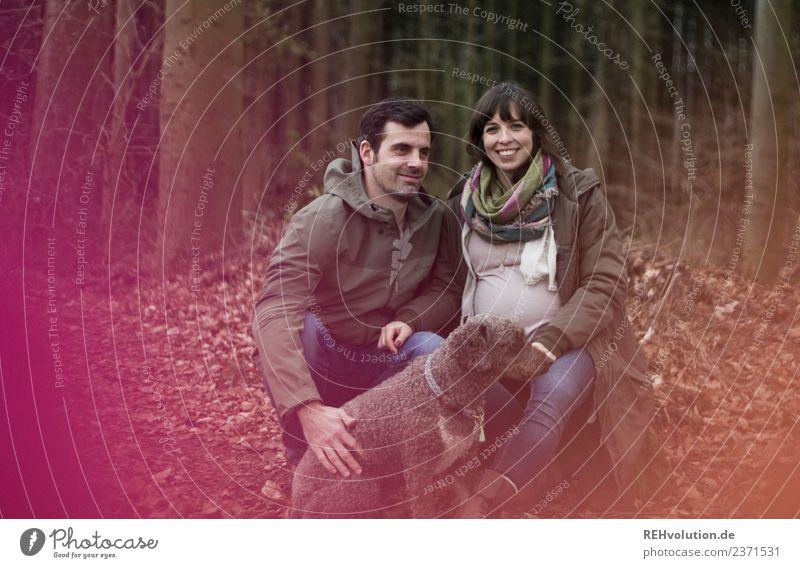 Junges Paar im Wald mit Hund Mensch Natur Jugendliche Junge Frau Junger Mann Tier 18-30 Jahre Erwachsene Lifestyle Umwelt Herbst Liebe natürlich feminin