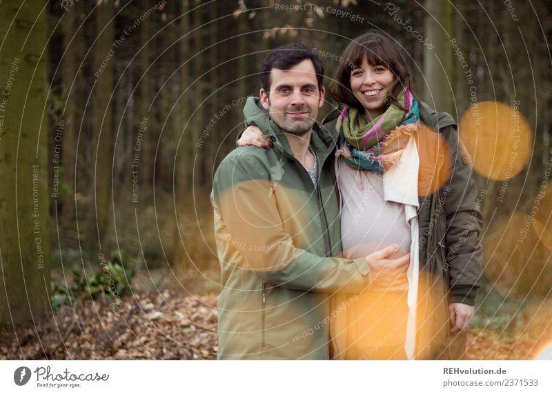 Junges Pärchen schwanger in Wald Lifestyle Freizeit & Hobby Mensch maskulin feminin Frau Erwachsene Mann Familie & Verwandtschaft Paar Partner 2 18-30 Jahre