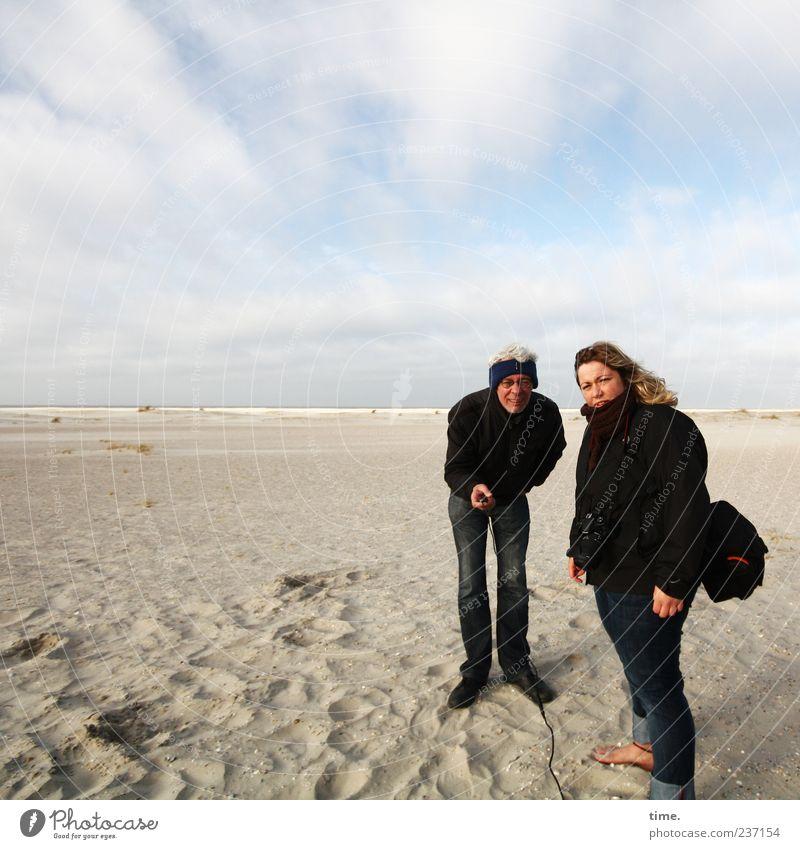 Spiekeroog | Rumlungern in der Landschaft ... Frau Himmel Mann Strand Erwachsene Sand stehen Partner Partnerschaft Auslöser bücken hervorrufen