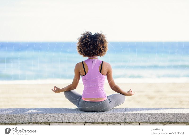 Schwarze Frau, Afro-Frisur, Yoga am Strand machend Lifestyle schön Haare & Frisuren Wellness Erholung Meditation Freizeit & Hobby Meer Sport Mensch Junge Frau