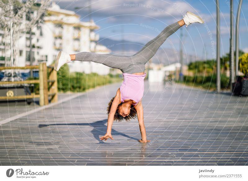 Frau Mensch Jugendliche schön 18-30 Jahre schwarz Erwachsene Straße Lifestyle Sport Haare & Frisuren Freizeit & Hobby Körper Aktion Fitness sportlich