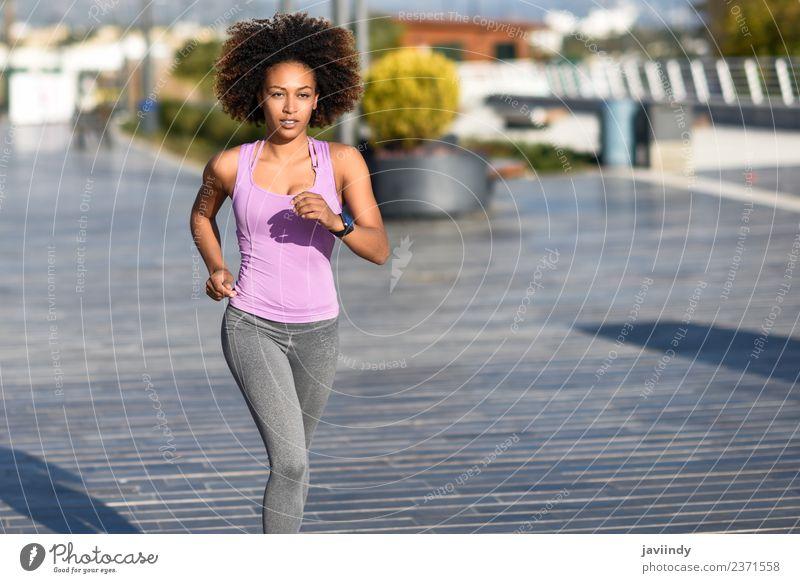 Schwarze Frau, Afro-Frisur, läuft ins Freie. Lifestyle schön Haare & Frisuren Wellness Freizeit & Hobby Sport Joggen Mensch Junge Frau Jugendliche Erwachsene 1
