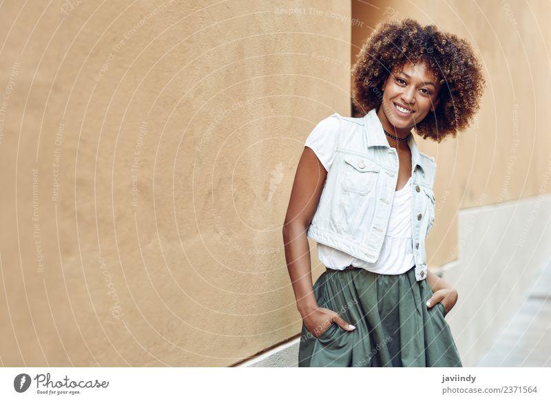Junge schwarze Frau, Afro-Frisur, lächelnd im Freien. Lifestyle Stil schön Haare & Frisuren Mensch feminin Junge Frau Jugendliche Erwachsene 1 18-30 Jahre