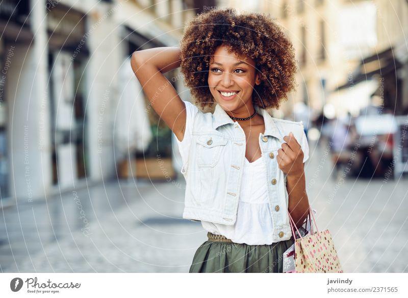 Schwarze Frau, Afro-Frisur, mit Einkaufstaschen im Freien Lifestyle kaufen Stil Glück schön Haare & Frisuren Mensch feminin Junge Frau Jugendliche Erwachsene 1